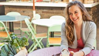 Alicia Silverstone helps build community at the farmer's market