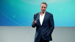 Dan Buettner speaking on stage.