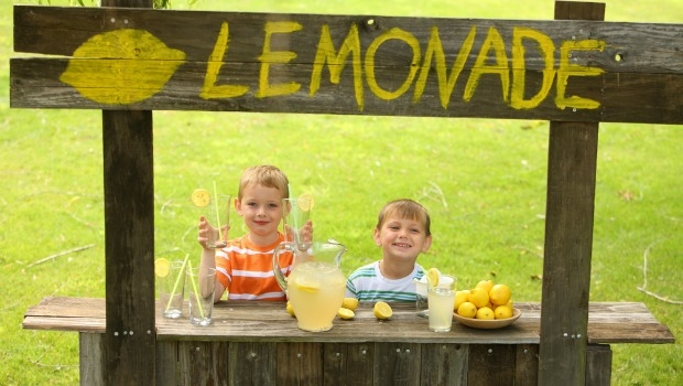 Kids doing a lemonade stand